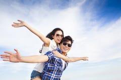 Les jeunes couples heureux apprécient des vacances d'été Images stock