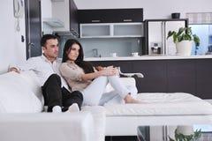 Les jeunes couples heureux détendent à la maison Photos libres de droits