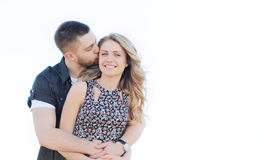 Les jeunes couples heureux dans l'amour ont le romance et l'amusement dehors dans le summe Photographie stock libre de droits