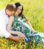 Les jeunes couples heureux dans l'amour pendant le ressort fleurissant se garent Photos libres de droits