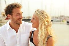 Les jeunes couples heureux dans le yacht hébergent le port de marina images stock
