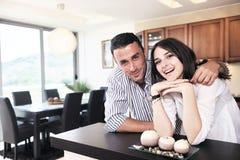 Les jeunes couples heureux ont l'amusement dans la cuisine moderne Photo libre de droits
