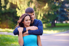 Les jeunes couples heureux ont l'amusement dans la forêt d'été Photos stock