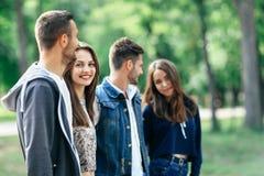 Les jeunes couples heureux passent le temps d'amusement dehors Amour et amitié Photographie stock