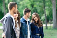 Les jeunes couples heureux passent le temps d'amusement dehors Amour et amitié Image stock