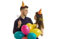 Les jeunes couples heureux regardent l'un l'autre et jugeant beaucoup de boules en gros plan Images stock