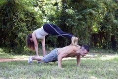 Les jeunes couples, homme et femme affectueux apprécient tout en exerçant le togeth Photos stock