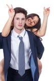 Jeunes couples latins heureux jouant ensemble Image stock