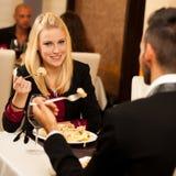 Les jeunes couples mangent le dîner de fruits de mer au restaurant et boivent du vin Images libres de droits