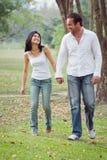 Les jeunes couples marchent de pair Photo stock