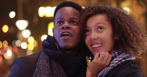 Les jeunes couples noirs ont une nuit sur la ville Photos stock