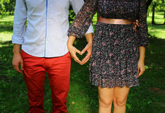Les jeunes couples ont croisé ses bras sous forme de coeur Image libre de droits