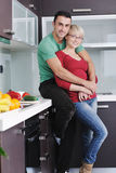 Les jeunes couples ont l'amusement dans la cuisine moderne Photo stock
