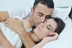 Les jeunes couples ont le bon temps dans leur chambre à coucher Photo libre de droits
