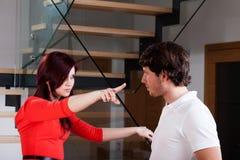 Les jeunes couples ont un argument image libre de droits