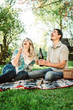 Les jeunes couples ouvrent la bouteille de champagne Image stock