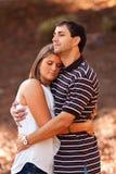 Les jeunes couples partagent une étreinte affectueuse Images libres de droits