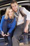 Les jeunes couples posent ensemble à l'arrière de véhicule Photo stock