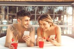 Les jeunes couples reposent le mode de vie sain togethernear de piscine Images stock