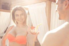 Les jeunes couples reposent le mode de vie sain togethernear de piscine Photographie stock