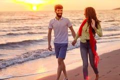 Les jeunes couples romantiques heureux dans l'amour ont l'amusement sur la belle plage au beau jour d'été Photo stock