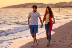 Les jeunes couples romantiques heureux dans l'amour ont l'amusement sur la belle plage au beau jour d'été Images stock