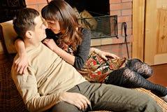 Les jeunes couples s'approchent de la cheminée Photographie stock