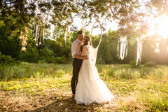 Les jeunes couples s'approchent du dreamcatcher à la forêt Images libres de droits