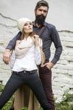 Les jeunes couples s'approchent du mur Photographie stock libre de droits
