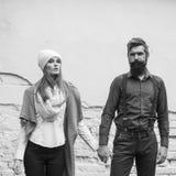 Les jeunes couples s'approchent du mur Images libres de droits