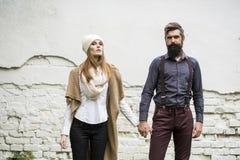 Les jeunes couples s'approchent du mur Photo libre de droits