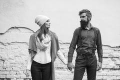 Les jeunes couples s'approchent du mur Photos libres de droits