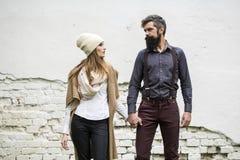 Les jeunes couples s'approchent du mur Image stock