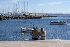 Les jeunes couples se reposent sur le pilier de Cala Estancia photo libre de droits