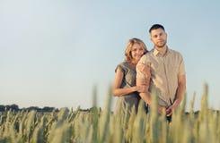 Les jeunes couples sensuels renversants dans l'amour posant en été mettent en place photographie stock libre de droits