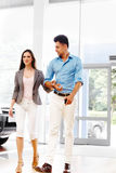 Les jeunes couples sont entrés dans la salle d'exposition de voiture Salon automatique Photos stock