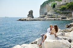 Les jeunes couples tendres s'approchent de la mer à Naples, Italie Photos libres de droits