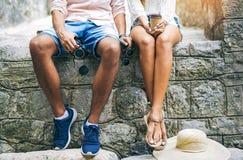Les jeunes couples voyageant, vieux centre de la ville, jambes se ferment  Photographie stock libre de droits