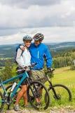 Les jeunes cyclistes avec des vélos de montagne pendant l'été weekend Photos libres de droits