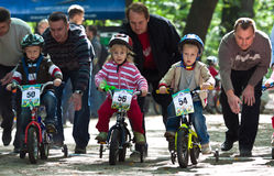 Les jeunes cyclistes sur l'enfant vont à vélo la concurrence. Photo libre de droits