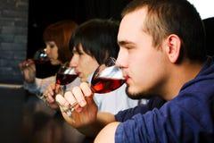 Les jeunes détendant dans un bar. Photos stock