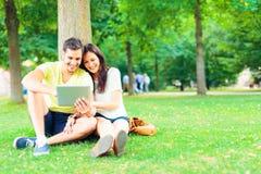 Les jeunes détendant en parc photographie stock