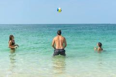 Les jeunes d'amusement jouent le volleyball sur la plage à la côte de Dubaï Émotions humaines positives, sentiments, joie Chi mig image stock