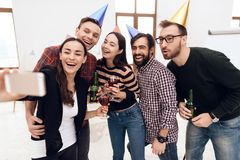 Les jeunes dans des chapeaux de vacances font le selfie Photographie stock