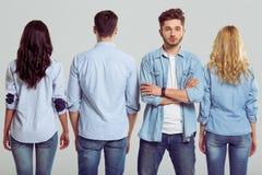 Les jeunes dans des jeans Photo stock