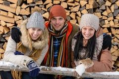 Les jeunes dans des vêtements d'hiver posant dehors Image stock