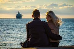 Les jeunes dans l'amour regardent le ferry partant pour la mer Images libres de droits