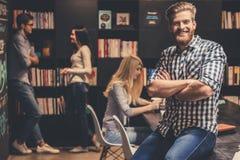 Les jeunes dans la bibliothèque Photo stock