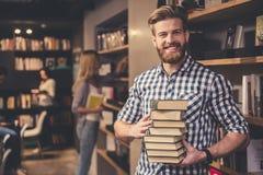 Les jeunes dans la bibliothèque Images libres de droits