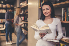 Les jeunes dans la bibliothèque Images stock